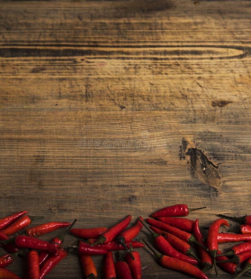 Czerwonego chili pieprz na rocznika talerzu, wysuszeni chillies na drewnianym tle Odg?rny widok Odbitkowy spase zdjęcie stock