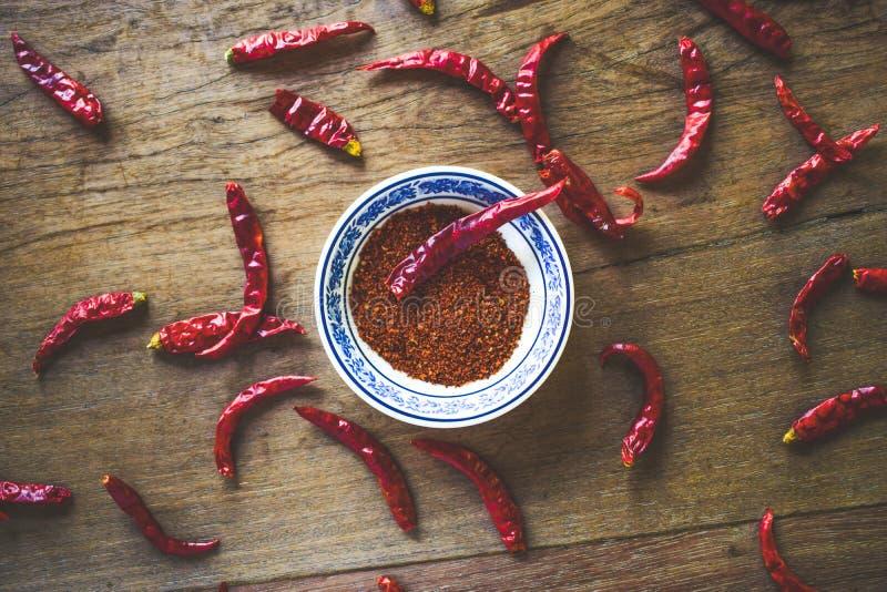 Czerwonego chili pieprz nad drewnianym sto?em zdjęcia royalty free