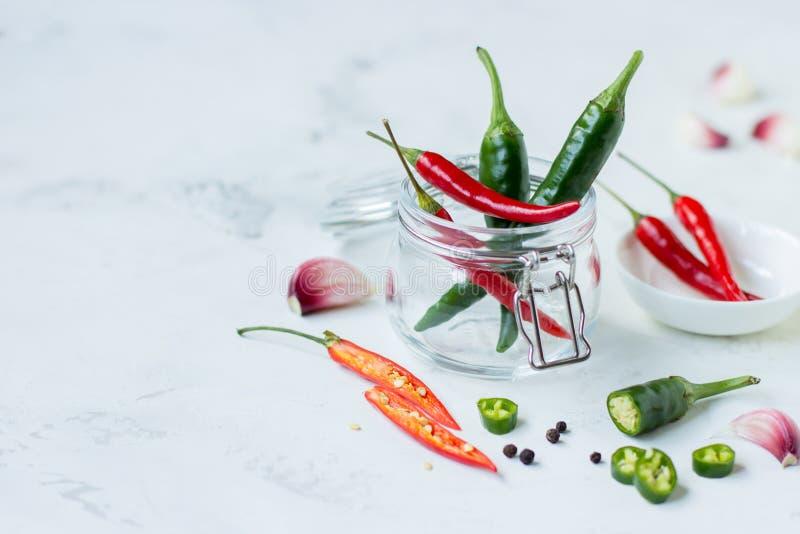 Czerwonego chili pieprz, zielony jalapeno pieprz i czosnek, zdjęcie stock