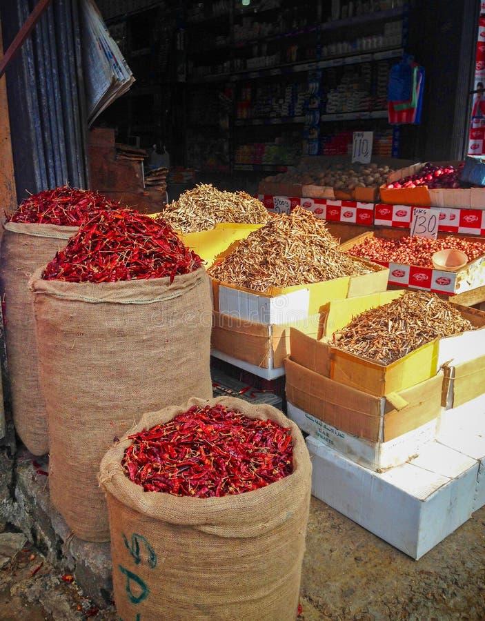 Czerwonego chili pieprze sprzedaje w workach na Sri Lanka ulicie obraz royalty free