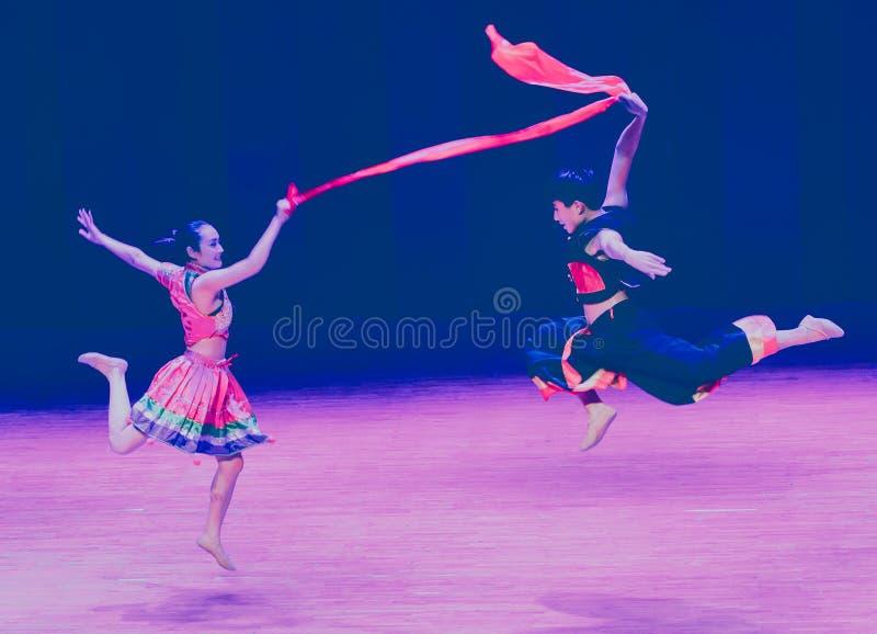Czerwonego jedwabiu Yi ludowy taniec zdjęcia royalty free