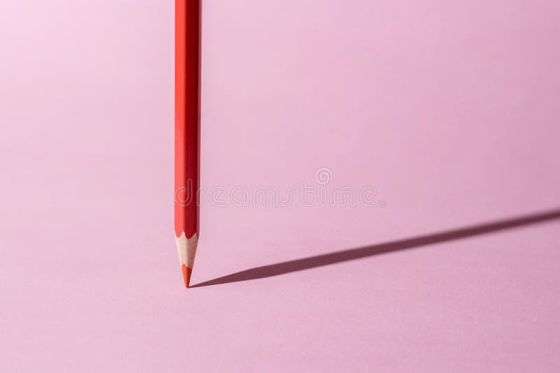 Czerwonego koloru ołówkowi stojaki na menchiach tapetują tło obraz royalty free