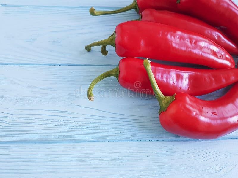 Czerwonego pieprzu świeżego mexicanon błękitny drewniany kulinarny jedzenie obrazy stock