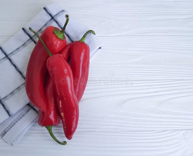 Czerwonego pieprzu świezi zdrowie zbierają meksykańską kuchnię na białym drewnianym tle zdjęcie stock