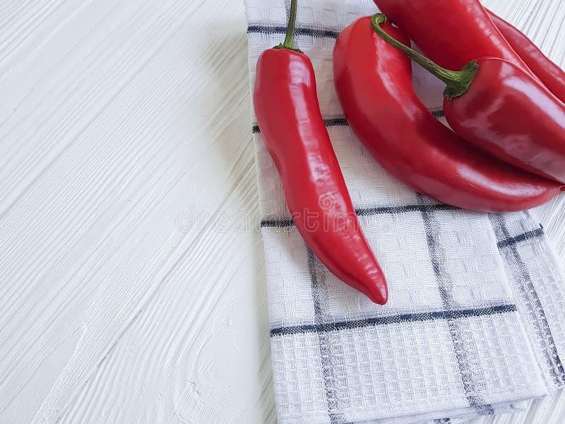 Czerwonego pieprzu świezi zdrowie zbierają veggie meksykańską kuchnię na białym drewnianym tle obrazy royalty free