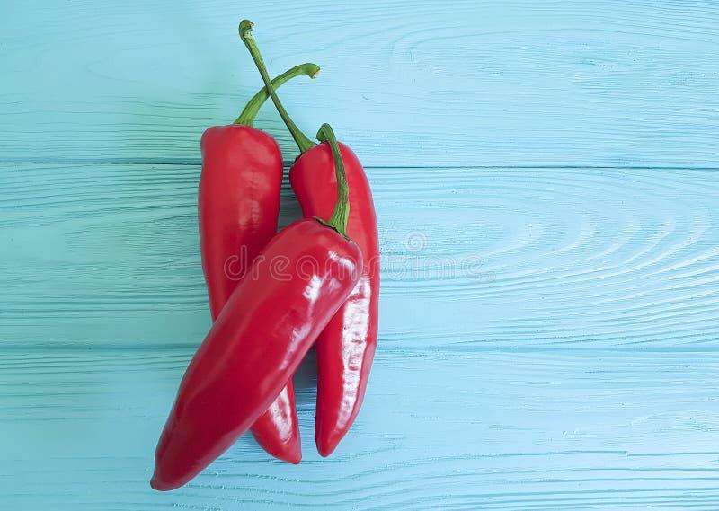 Czerwonego pieprzu grupy chili capsicum meksykanina rabatowy doprawia zbliżenie na błękicie drewnianym obrazy royalty free