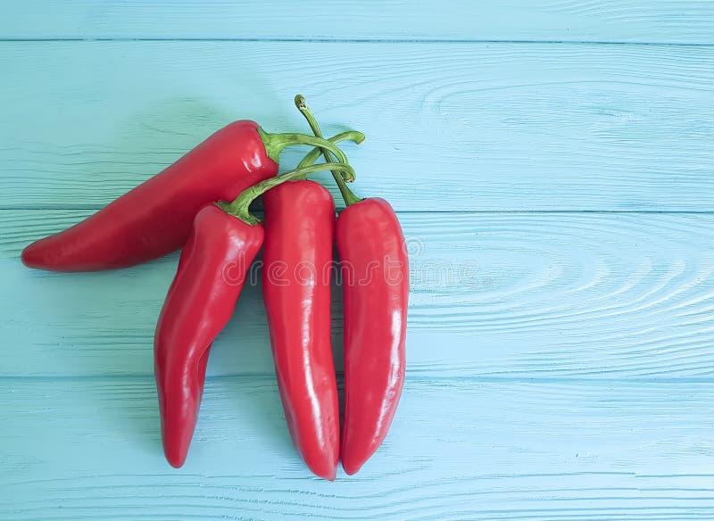 Czerwonego pieprzu grupy chili meksykanina rabatowy doprawia zbliżenie na błękicie drewnianym obraz royalty free