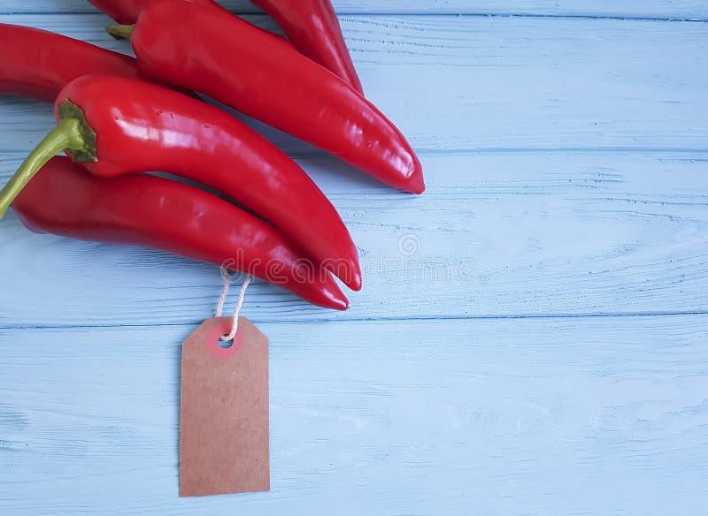 Czerwonego pieprzu kuchni świeżej zasięrzutnej błękitnej drewnianej etykietki kulinarny jedzenie fotografia stock