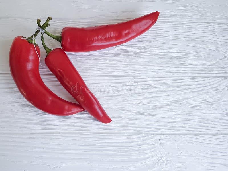 Czerwonego pieprzu zdrowie świeży żniwo na białym drewnianym tle fotografia royalty free