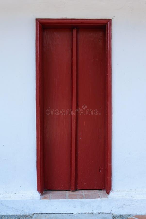 Czerwonego rocznika drewniani drzwi zdjęcie stock