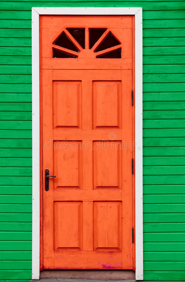 Czerwonego rocznika drewniany drzwi i zieleni ściana fotografia royalty free
