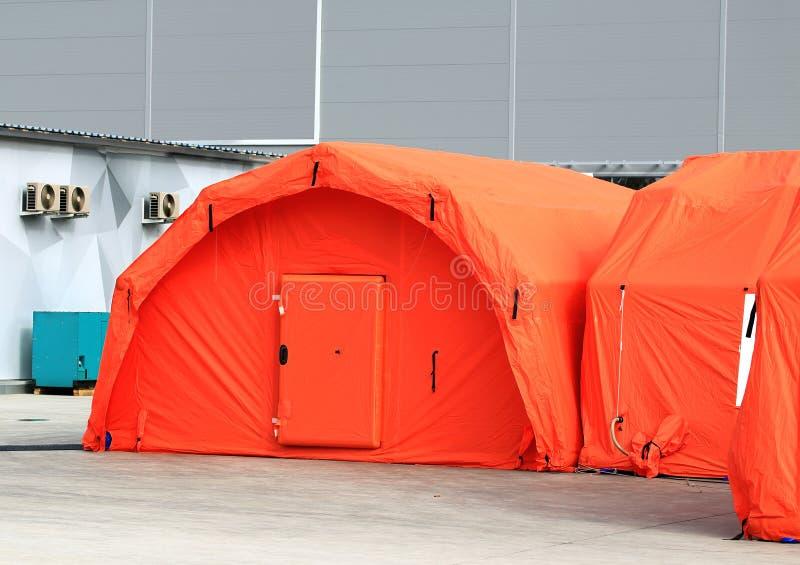 Czerwonego upału izolaci namioty śródpolny mobilny szpital fotografia stock