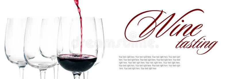 Czerwonego wina dolewanie w pustego szkło zdjęcia stock