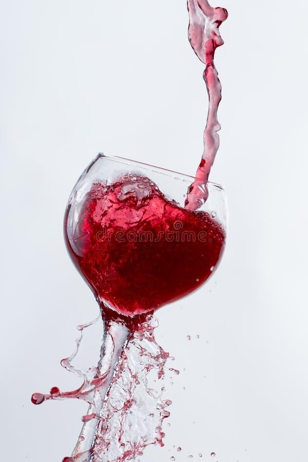 Czerwonego Wina dolewanie w szkło fotografia stock