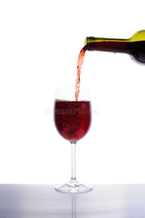 Czerwonego wina dolewanie w wina szkło zdjęcie royalty free