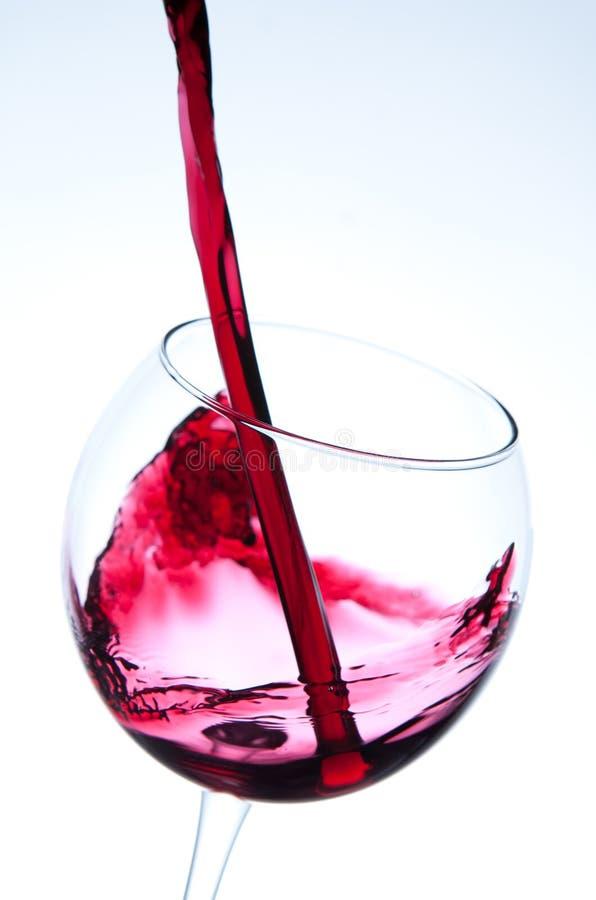 Czerwonego wina dolewanie w wina szkło fotografia royalty free