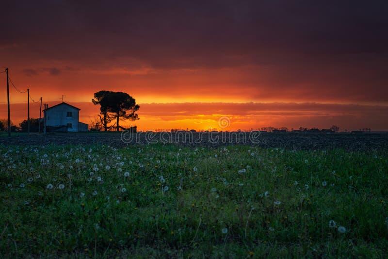 Czerwonego zmierzchu chmurny niebo w Północnym Włochy zdjęcia stock