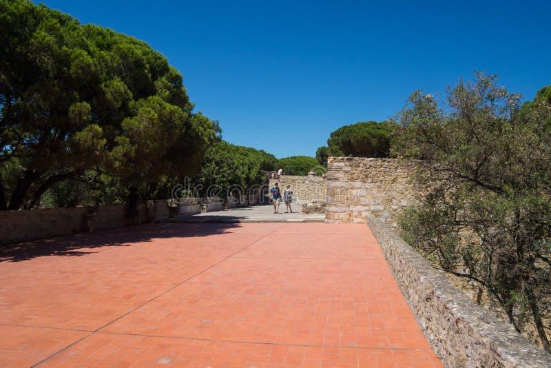 Czerwonej cegły kamienia ścieżka wzdłuż fortecznego świątobliwego George zdjęcia stock