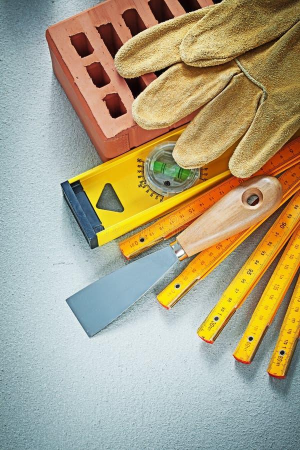 Czerwonej cegły ochronnych rękawiczek tynkowej kielni budowy poziom obrazy stock