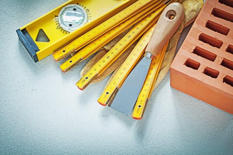 Czerwonej cegły rękawiczek kitu noża budowy zbawczy poziom drewniany ja zdjęcie stock