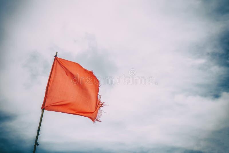Czerwonej flagi ostrzeżenia flag wiatrowy niebieskie niebo zdjęcia stock