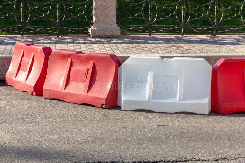 czerwonej i białej wody bloki ograniczać ruch drogowego podczas drogowych prac obrazy royalty free