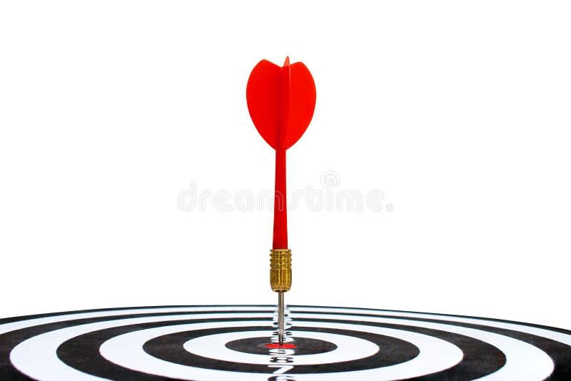Czerwonej strzałki szlagierowy cel na dartboard odizolowywającym na białym tle zdjęcia stock
