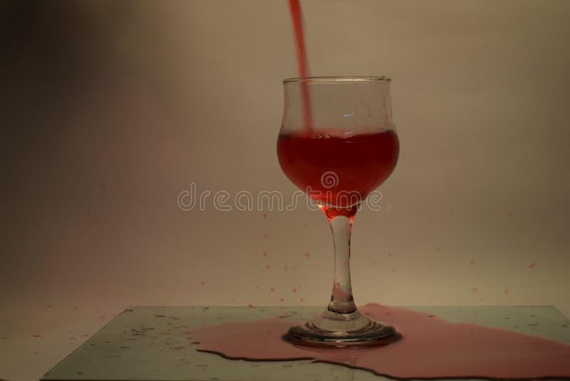 Czerwonej wody napój na stole obrazy stock