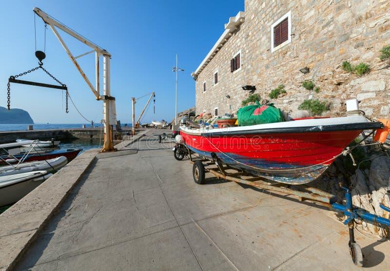 Czerwoni łódź rybacka stojaki na wybrzeżu fotografia royalty free