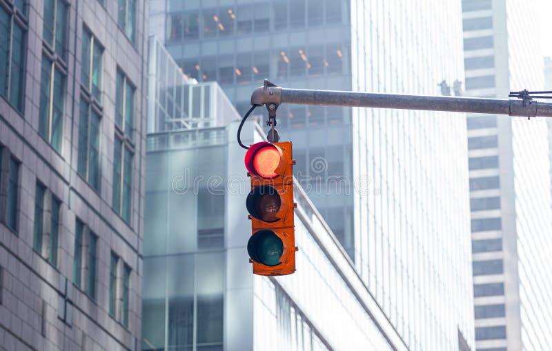 Czerwoni światła ruchu dla samochodów, plama budynków biurowych tło obrazy stock