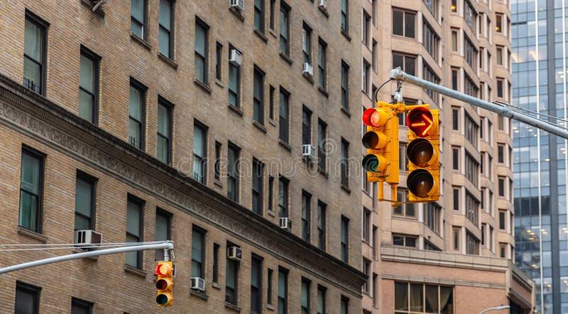 Czerwoni światła ruchu dla samochodów, plama budynków biurowych tło obraz royalty free