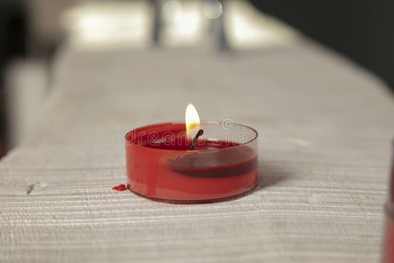 Czerwoni świeczka stojaki na desce obrazy royalty free