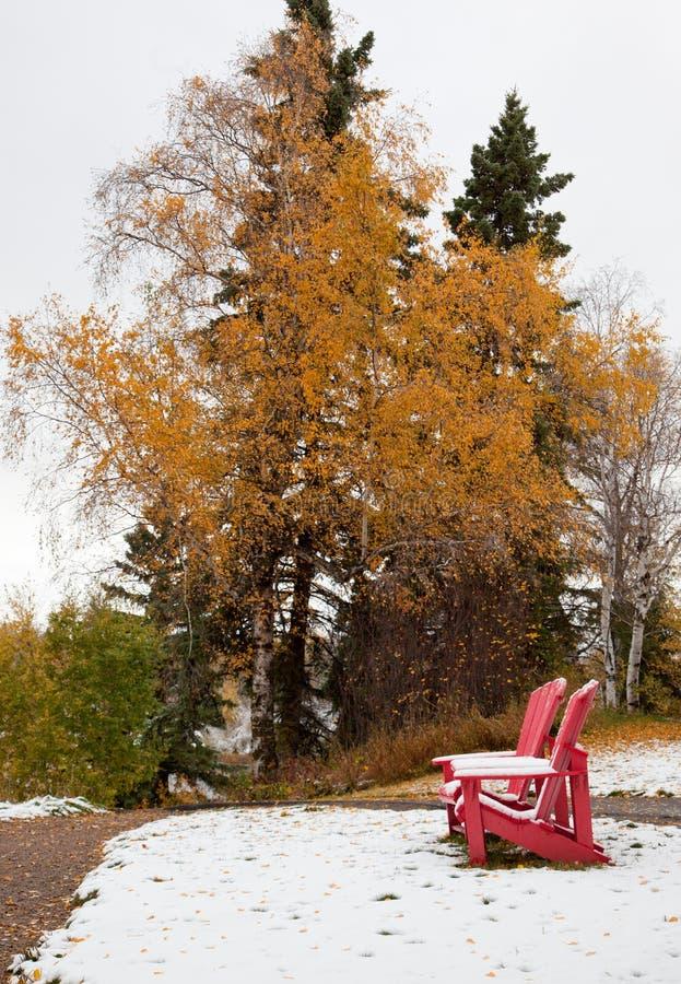 Czerwoni adirondack krzesła między sezonami w Kanada obrazy royalty free