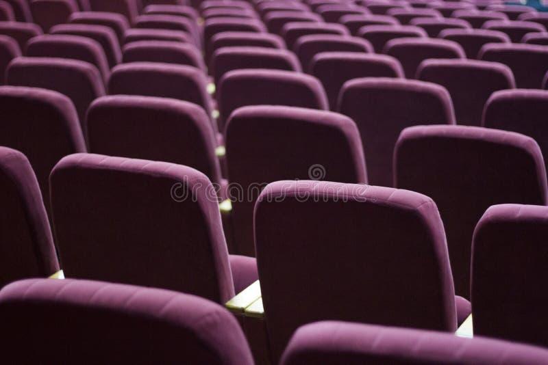 Czerwoni aksamitów siedzenia dla widzów fotografia royalty free