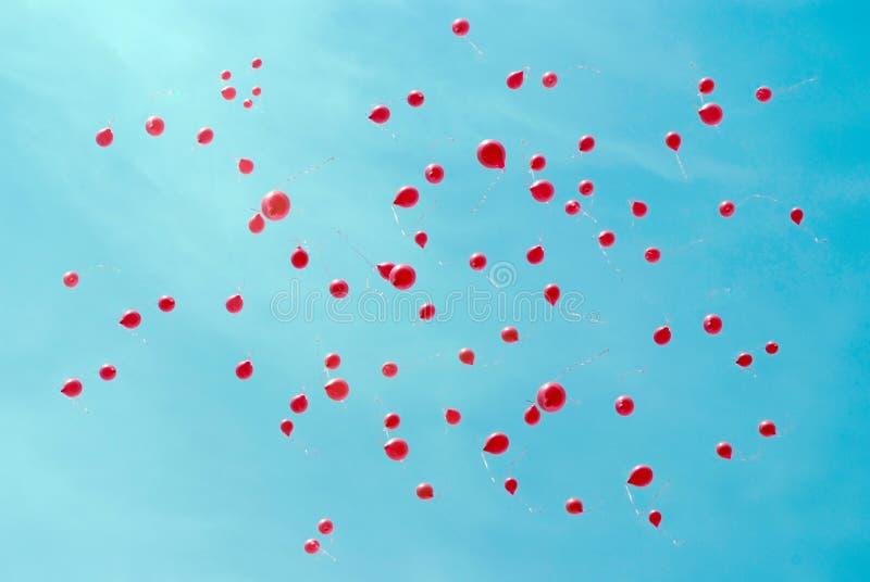 Czerwoni ballons w niebieskim niebie obraz royalty free
