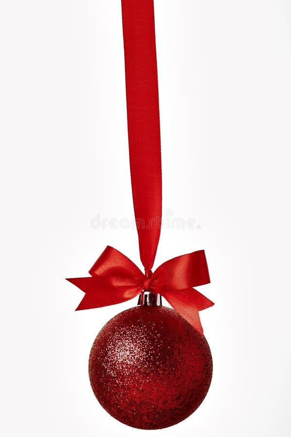 Czerwoni boże narodzenia balowi z czerwonym łękiem nad bielem zdjęcia stock