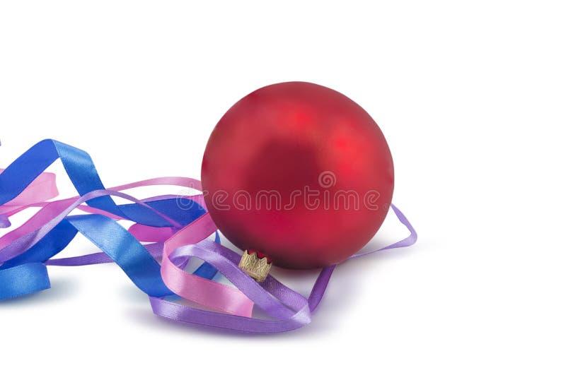 Czerwoni boże narodzenia balowi z faborkiem na białym tle zdjęcia royalty free