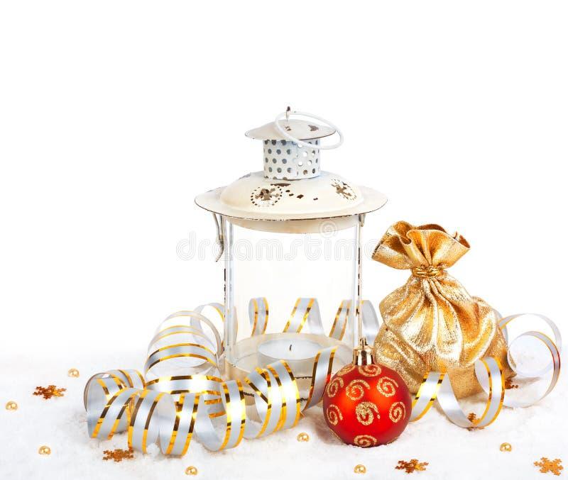 Czerwoni boże narodzenia piłka, złota torba i stara rocznik lampa z prezentami, obraz royalty free