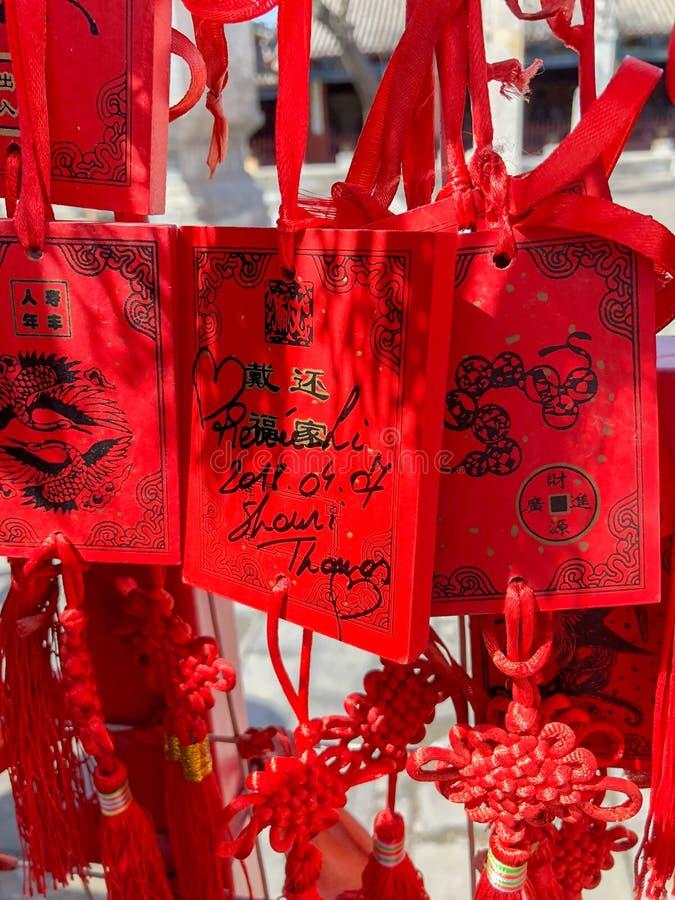 Czerwoni buddhists modli się tradycyjne życzy karty i wiesza fotografia stock