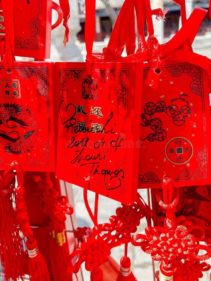 Czerwoni buddhists modli się tradycyjne życzy karty i wiesza obraz stock