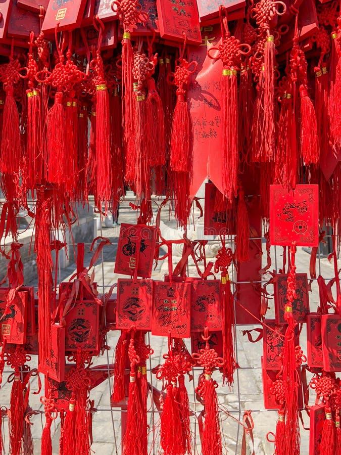 Czerwoni buddhists modli się tradycyjne życzy karty i wiesza fotografia royalty free
