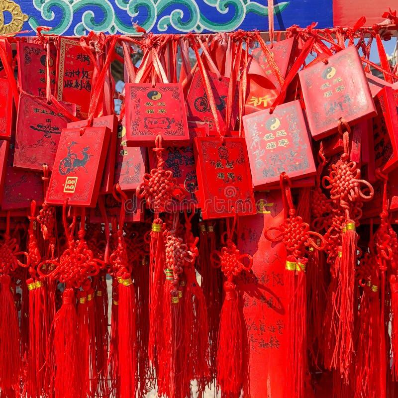 Czerwoni buddhists modli się tradycyjne życzy karty i wiesza zdjęcie royalty free