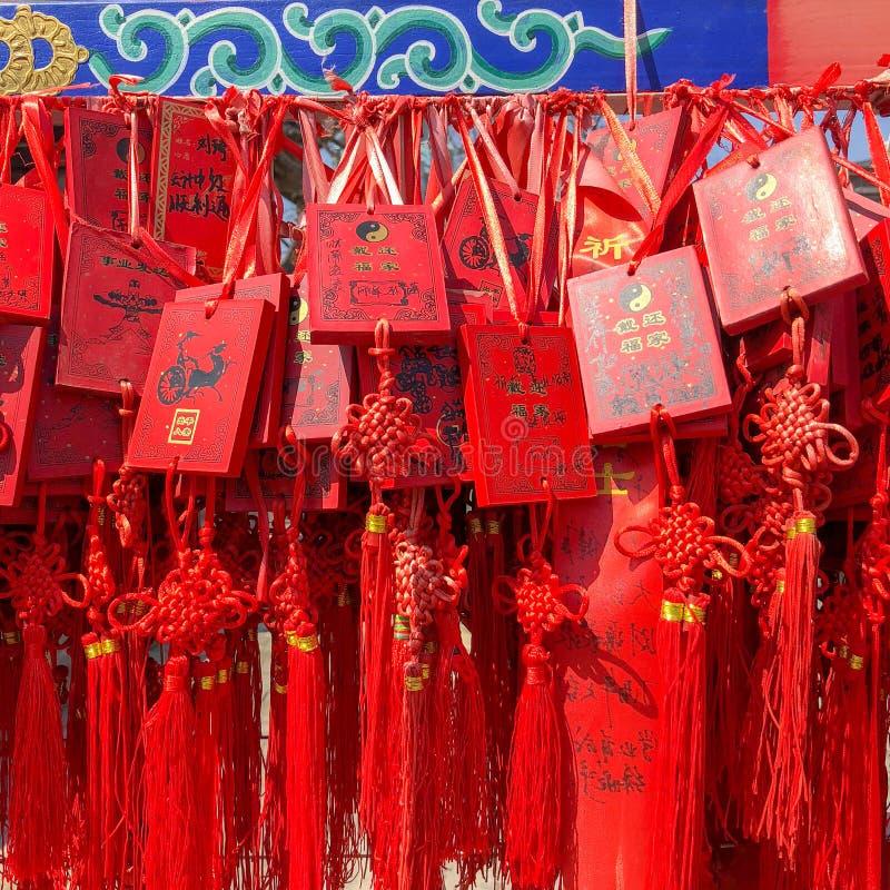 Czerwoni buddhists modli się tradycyjne życzy karty i wiesza zdjęcia stock