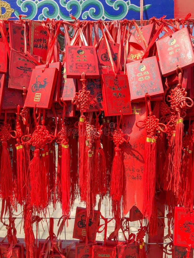 Czerwoni buddhists modli się tradycyjne życzy karty i wiesza obraz royalty free