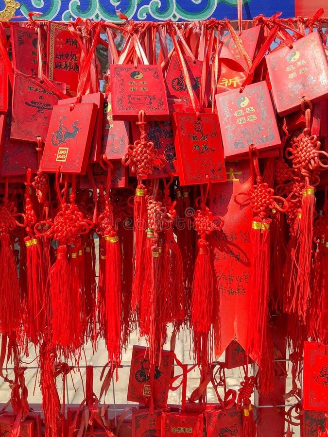 Czerwoni buddhists modli się tradycyjne życzy karty i wiesza zdjęcie stock