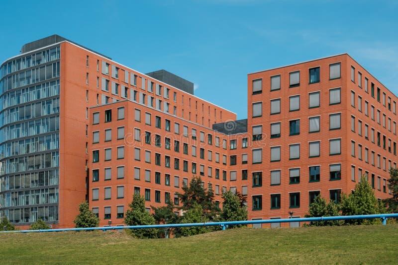 Czerwoni ceglanych domów bloki i niebieskie niebo - nieruchomości pojęcie obrazy royalty free