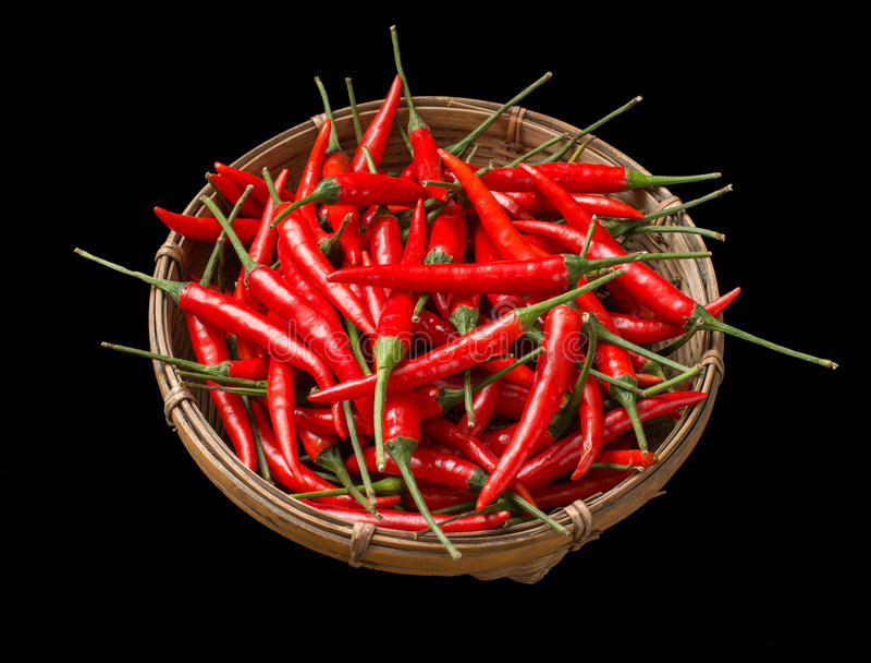 Czerwoni chillies w koszu zdjęcia stock