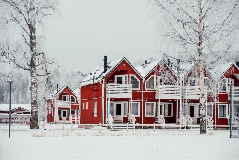 Czerwoni domy miejscy w Finlandia obrazy stock