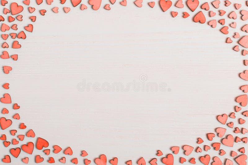 Czerwoni drewniani serca na białym stole z miejscem dla teksta Tło dla kartki z pozdrowieniami lub gratulacje na walentynka dniu  obrazy stock
