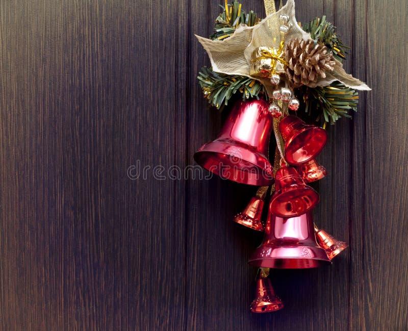 Czerwoni dzwony na drewnianym tle zdjęcia stock
